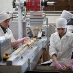 Работник завода по изготовлению консервов полуфабрикатов Польша