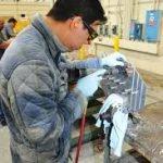 Работник на производство багажников Польша